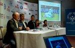 Bogusław Gałązka, Jan Urban, Michał Żewłakow oraz piłkarze Olimpiad Specjalnych.jpg