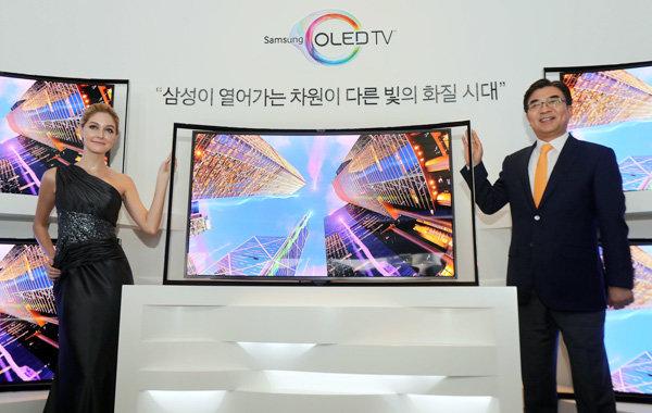 Samsung przedstawia pionierski telewizor Curved OLED z profilowanym ekranem o niezwykłej jakości obrazu