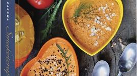 """""""Smakoterapia"""" już w sprzedaży! LIFESTYLE, Książka - ZDROWIE ZACZYNA SIĘ NA TALERZU Iwona Zasuwa, propagatorka zdrowego i świadomego odżywiania oraz autorka popularnego bloga smakoterapia.pl w swojej debiutanckiej książce otwiera przed czytelnikiem bogaty i kolorowy świat kuchni roślinnej – bez glutenu, nabiału i cukru."""